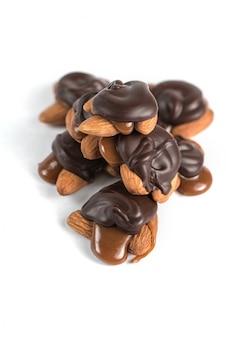 Süße schokoladenschildkröten mit mandeln und gesalzenem karamell.