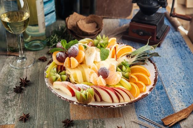 Süße snack-obstplatte mit weißwein