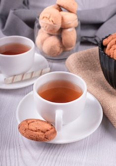 Süße snacks und eine tasse tee