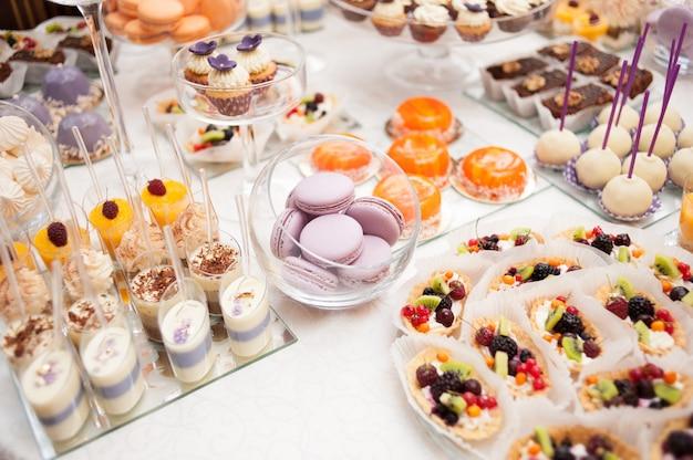 Süße tabelle an der hochzeitsfeier