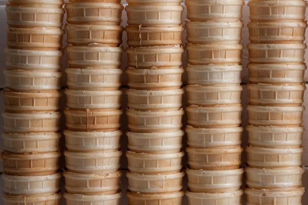 Süße tassen für eis. waffelhintergrund