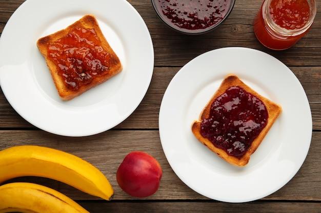 Süße toasts mit marmelade und obst zum frühstück, horizontal. ansicht von oben