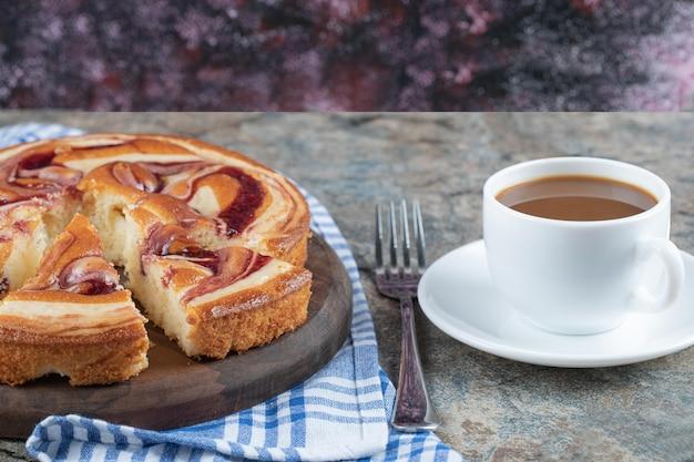 Süße torte serviert mit einer tasse kaffee.