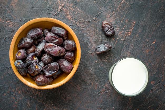 Süße trockene datteln und milch. essen während des ramadan.