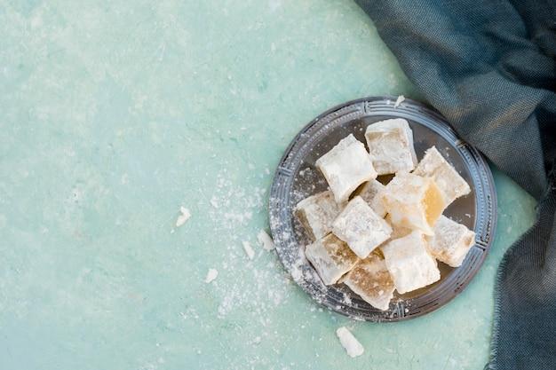 Süße türkische freude mit stoff auf dem tisch