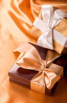Süße überraschung, schöne geschenkbox mit süßigkeiten und goldenem klebeband