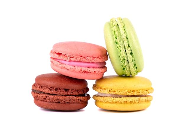 Süße und bunte französische makronen oder macaron auf weiß. dessert