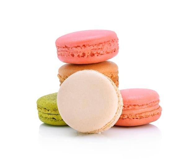 Süße und bunte französische makronen oder macaron auf weiß, dessert.