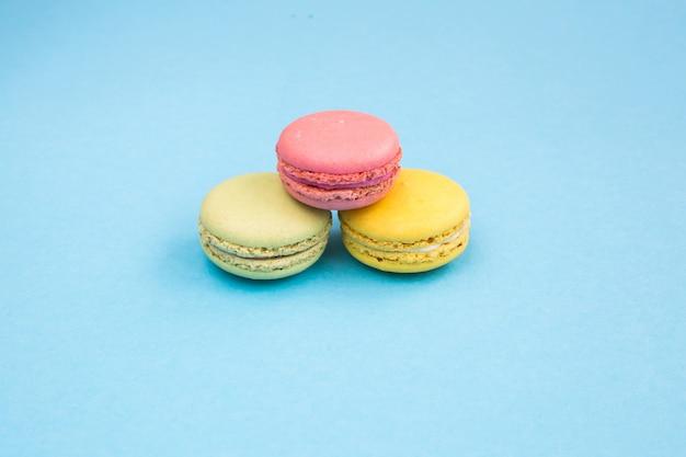 Süße und bunte französische makronen oder macaron auf weißem hintergrund, nachtisch. copyplace, platz für text.