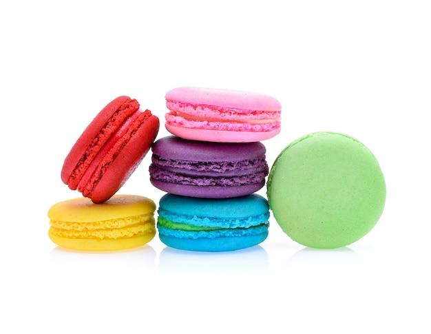 Süße und bunte französische makronen oder macaron lokalisiert auf weiß, dessert.
