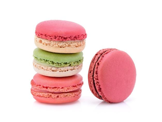 Süße und bunte französische makronen oder makronen auf weißem hintergrund, dessert.