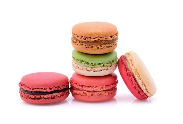 Süße und bunte französische makronen oder makronen auf weißem hintergrund.