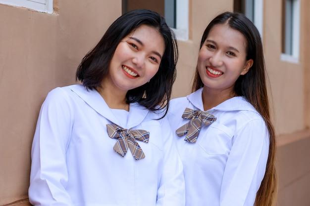 Süße und junge mädchen in japanischer, koreanischer schulmädchenuniform