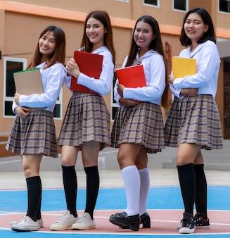 Süße und junge vier mädchen tragen japanische, koreanische schulmädchenunifor