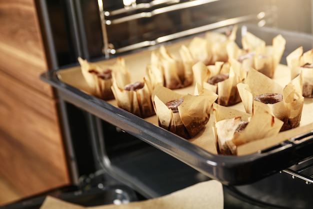 Süße und leckere gebackene muffins im ofen