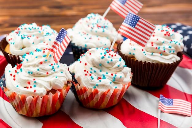 Süße verzierte kuchen auf amerikanischer flagge