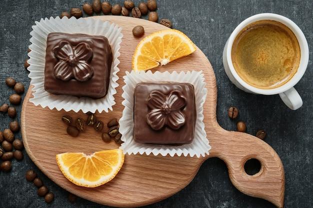 Süße waffelkuchen auf einem holzbrett und einer tasse kaffee, draufsicht