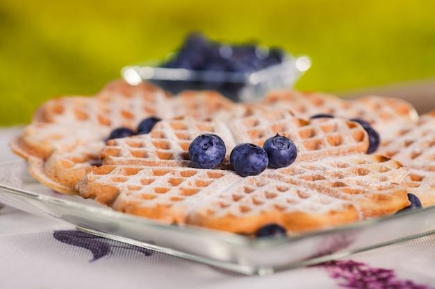 Süße waffeln zum frühstück auf holztisch