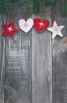 Süße weihnachtsdekoration von sternen und herzen