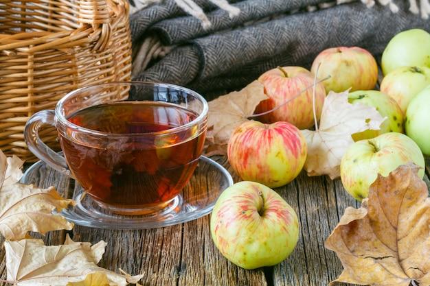 Süßer apfelkuchen mit heißem tee in der tasse