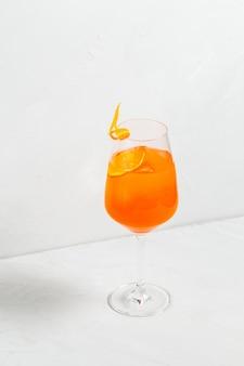 Süßer appetitlicher aperol-spritz-fruchtcocktail