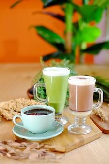 Süßer avocado-schokoladensaft mit kaffee