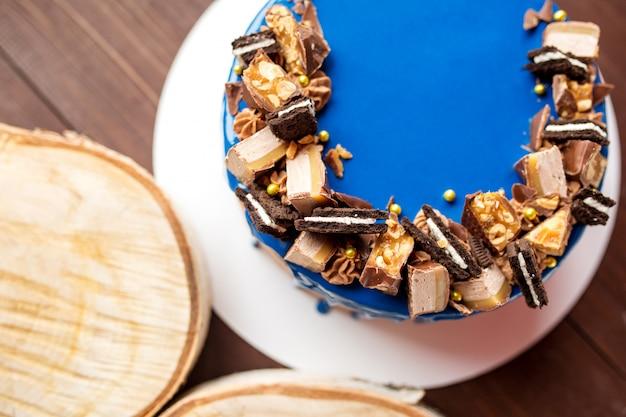 Süßer blauer kuchen am feiertag. süßes gebäck. geburtstag. glatter kuchen verziert mit schokoladen