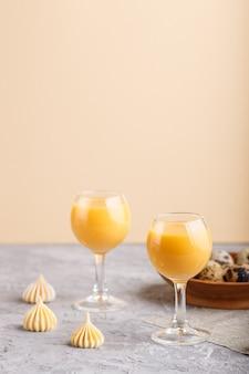 Süßer eierlikör im glas mit wachteleiern