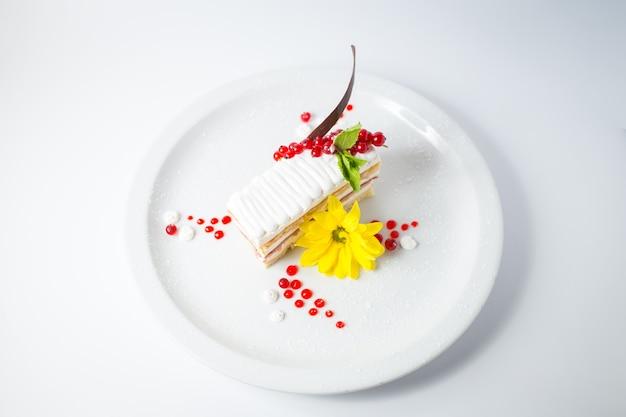Süßer fruchtiger kuchen mit roten beeren und gelber blume.