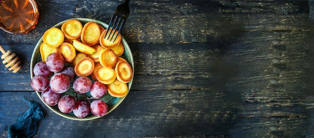 Süßer frühstückssnack-nachtisch der mini-pfannkuchen-müsli