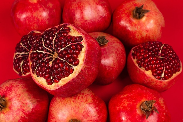 Süßer granatapfel auf rotem hintergrund. draufsicht.