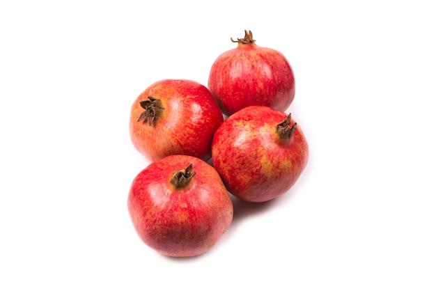 Süßer granatapfel lokalisiert auf weißer oberfläche.