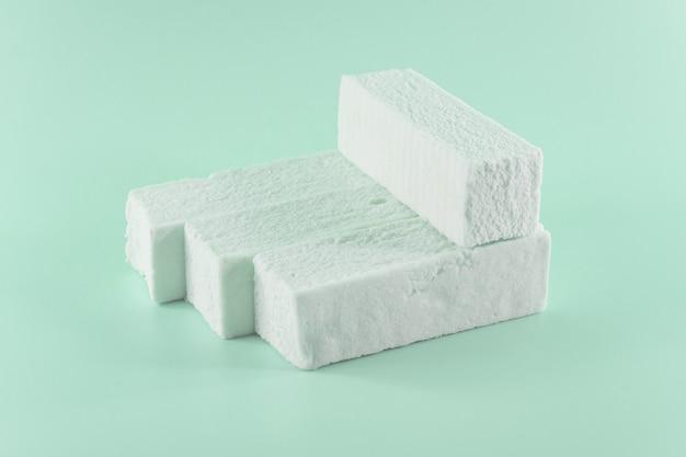 Süßer grüner marshmallow mit minzgeschmack in form einer geometrischen form.