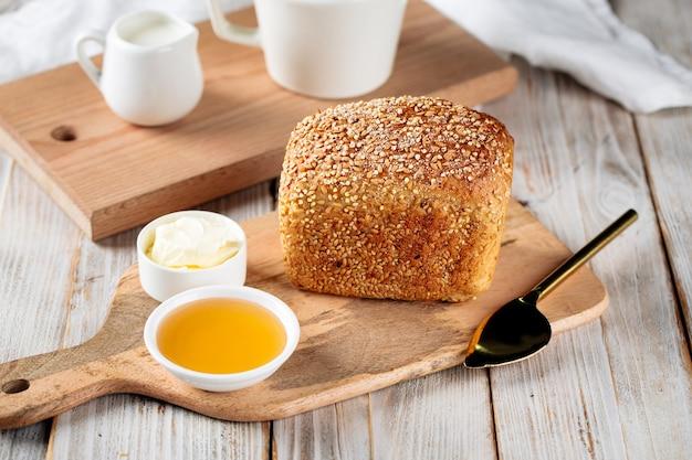 Süßer hafer und weizenbrot mit honig und butter