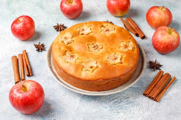 Süßer hausgemachter apfelkuchen mit zimt.