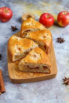 Süßer hausgemachter apfelkuchen mit zimt