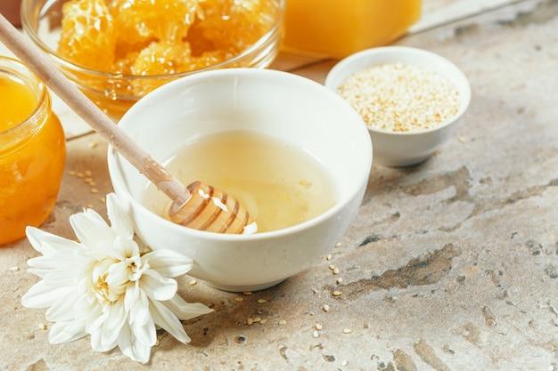 Süßer honig auf dem tisch
