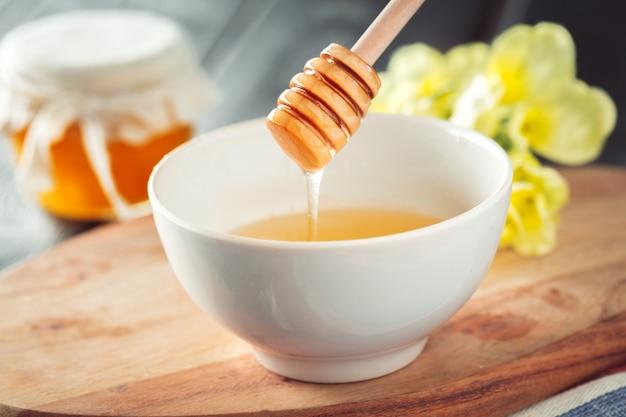 Süßer honig im glas.