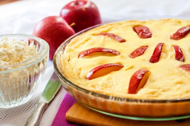 Süßer hüttenkäse-auflauf mit äpfeln und freilandeiern
