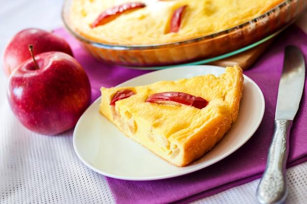 Süßer hüttenkäse-auflauf mit äpfeln