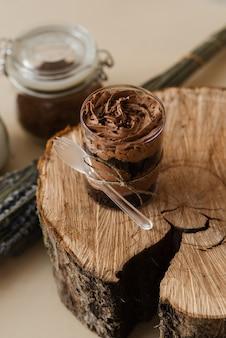 Süßer kaffee schokoladenpudding und holzschnitt schließen holzbeschaffenheit
