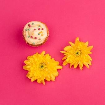Süßer kleiner kuchen in der nähe von blütenknospen
