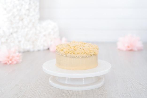Süßer köstlicher kuchen für geburtstag oder feiertag, verziert mit sahne
