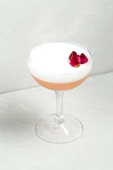Süßer köstlicher saurer schaumcocktail mit blume