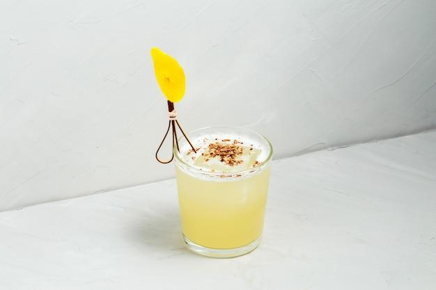 Süßer köstlicher saurer schlammiger dekorierter cocktail