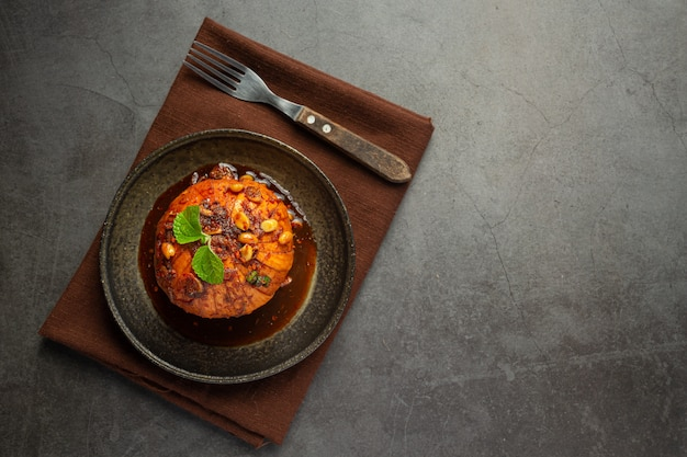 Süßer krathon mit thailändischen snacks mit süßer fischsauce.
