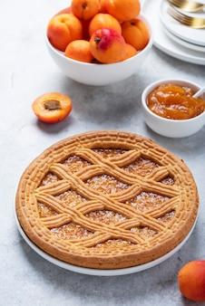 Süßer krustenkuchen mit aprikosen und aprikosenmarmelade