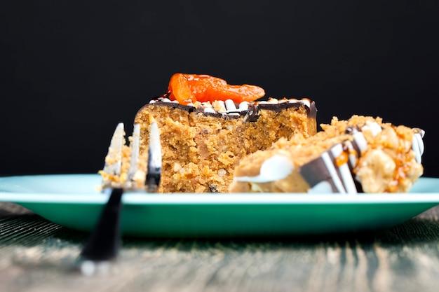 Süßer kuchen aus erdnüssen, zucker und milchprodukten in form eines zylinders
