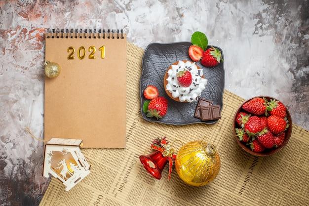 Süßer kuchen der draufsicht mit früchten auf hellem hintergrund
