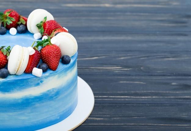 Süßer kuchen mit erdbeeren auf teller auf grauem hölzernem hintergrund